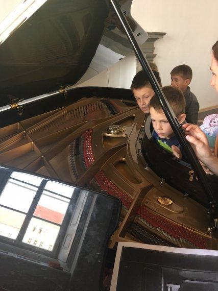 Děti zkoumají vnitřek klavíru