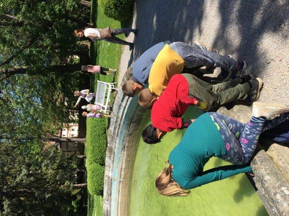Děti o prvouce na zámecké zahradě